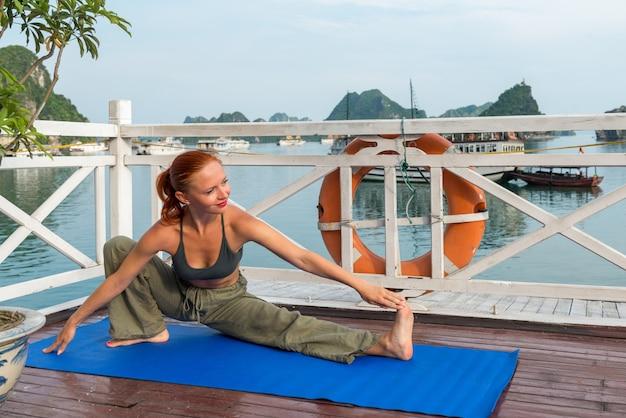 Młoda kobieta uprawiania jogi