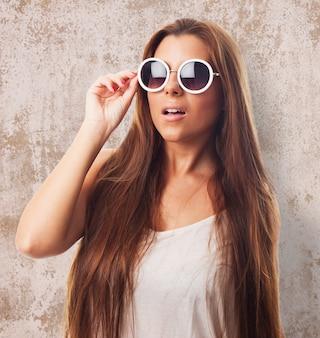 Młoda kobieta urlop uroda okulary