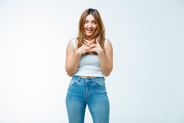 Młoda kobieta uśmiecha się podczas pozowania