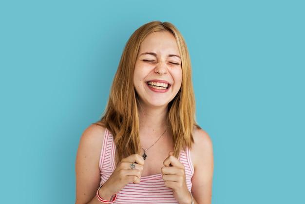Młoda kobieta uśmiecha się rozochoconego pojęcie