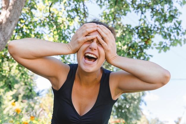 Młoda kobieta uśmiechnięta na zewnątrz piękna brunete dziewczyna odpoczywa w parku lub ogrodzie zielonym tle free h...