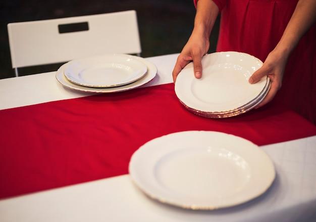 Młoda kobieta ustawia stół dla boże narodzenie gościa restauracji