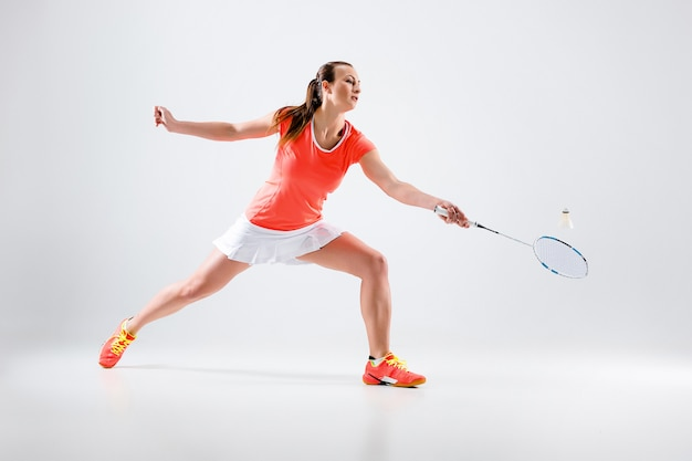 Młoda kobieta w badmintona