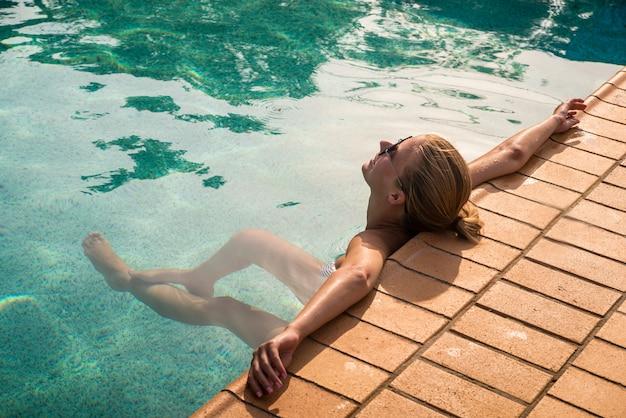 Młoda kobieta w basenie