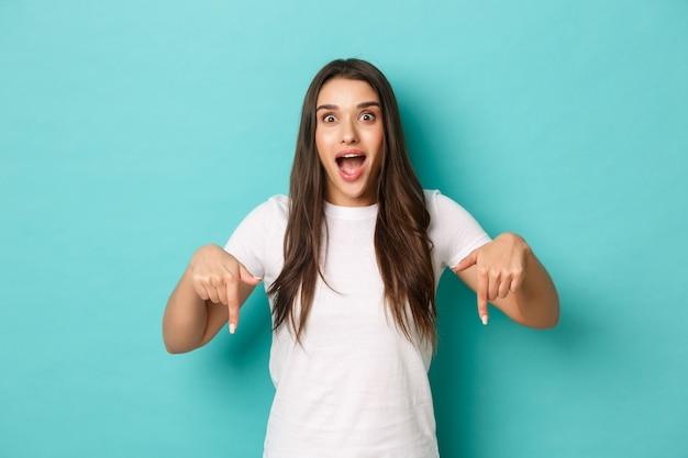 Młoda kobieta w białej koszulce pozowanie