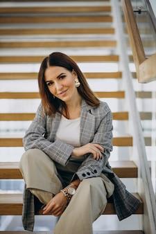 Młoda kobieta w centrum biznesu