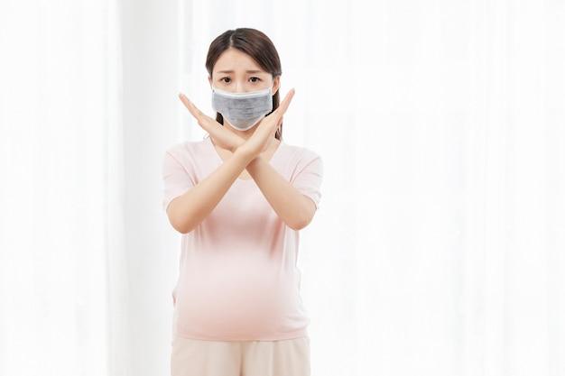 Młoda kobieta w ciąży z maską