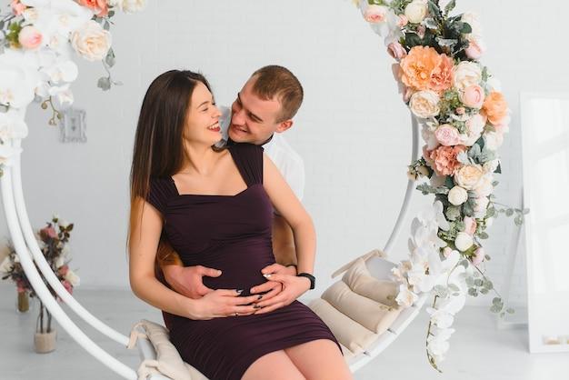 Młoda kobieta w ciąży z mężem pozowanie