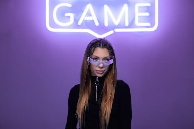 Młoda kobieta w cyber neonowych okularach. styl cyberpunk.