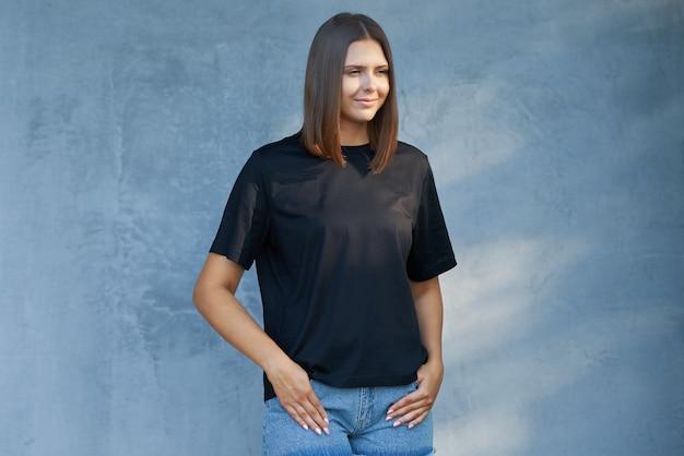 Młoda kobieta w czarnej koszuli. zdjęcie wysokiej jakości
