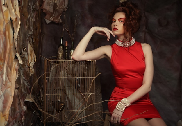 Młoda kobieta w czerwonej sukience