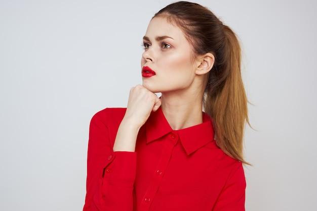 Młoda kobieta w czerwonych ubraniach różne emocje