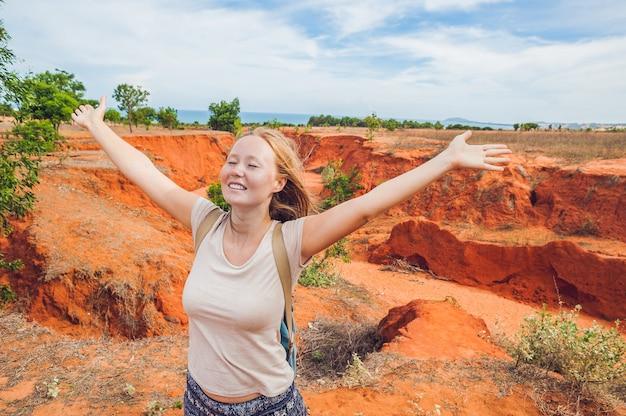 Młoda kobieta w czerwonym kanionie w pobliżu mui ne w południowym wietnamie