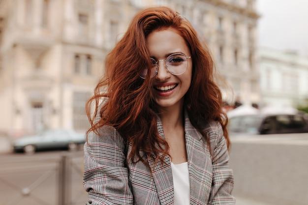 Młoda kobieta w dobrym humorze pozuje na zewnątrz
