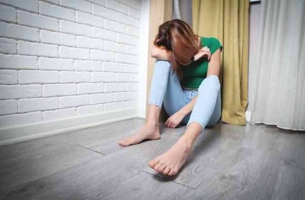Młoda kobieta w domu. samotność. naprężenie. problemy