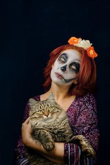 Młoda kobieta w dzień martwej maski czaszki.