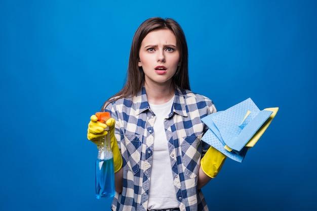 Młoda kobieta w fartuch na białym tle. koncepcja czyszczenia
