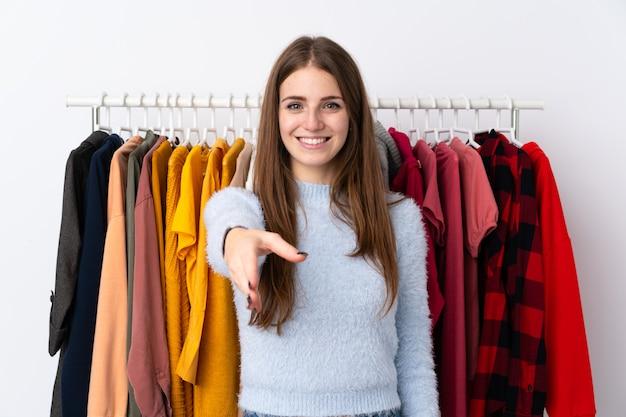 Młoda kobieta w handshaking sklep odzieżowy po dobrej ofercie