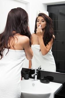 Młoda kobieta w jej łazience