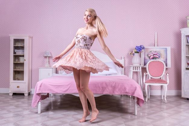 Młoda kobieta w jej sypialni