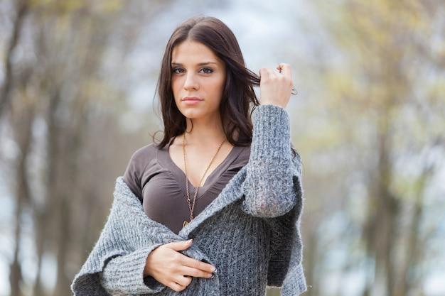 Młoda kobieta w jesień lesie