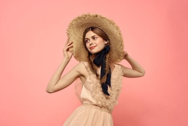 Młoda kobieta w kapeluszu vintage