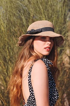 Młoda kobieta w kapeluszu w lecie