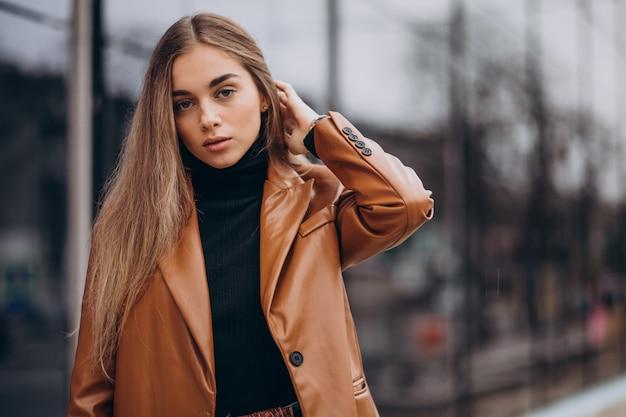Młoda kobieta w kurtce, chodzenie po mieście