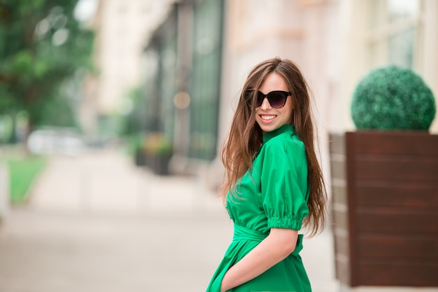 Młoda kobieta w mieście