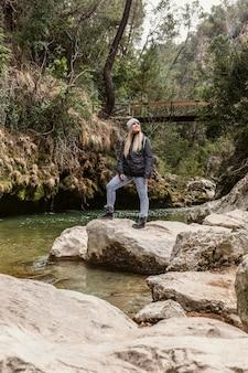 Młoda kobieta w naturze w rzece