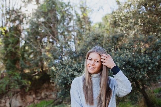 Młoda kobieta w naturze