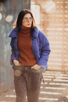 Młoda kobieta w niebieskiej marynarce na zewnątrz w parku
