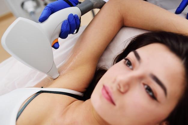Młoda kobieta w nowożytnej kosmetologii klinice