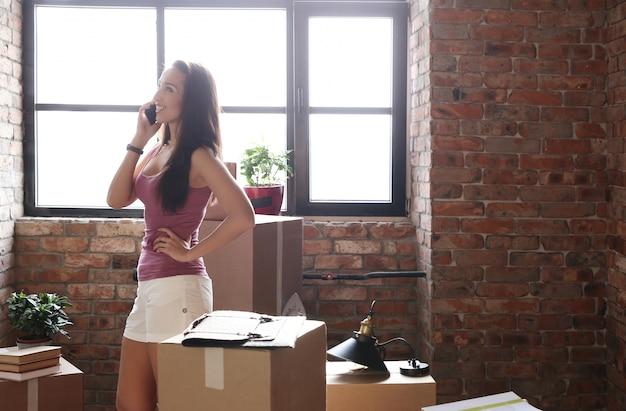 Młoda kobieta w nowym mieszkaniu