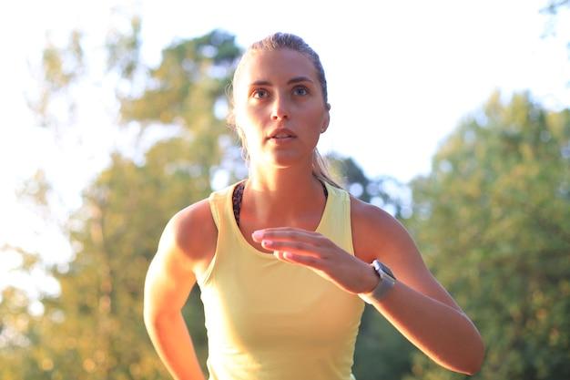 Młoda kobieta w odzieży sportowej bieganie podczas ćwiczeń na świeżym powietrzu.