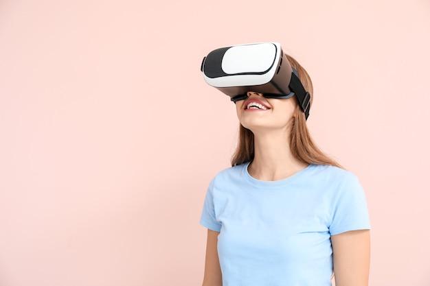 Młoda kobieta w okularach wirtualnej rzeczywistości