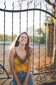Młoda kobieta w parku jesienią śmiejąc się