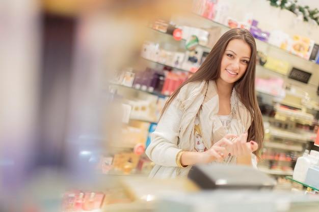 Młoda kobieta w perfumerii