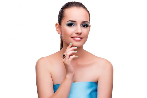 Młoda kobieta w piękna pojęciu odizolowywającym na bielu