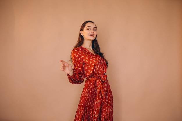 Młoda kobieta w pięknej czerwonej sukience
