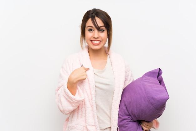 Młoda kobieta w piżamie z szlafrokiem z niespodzianką wyraz twarzy