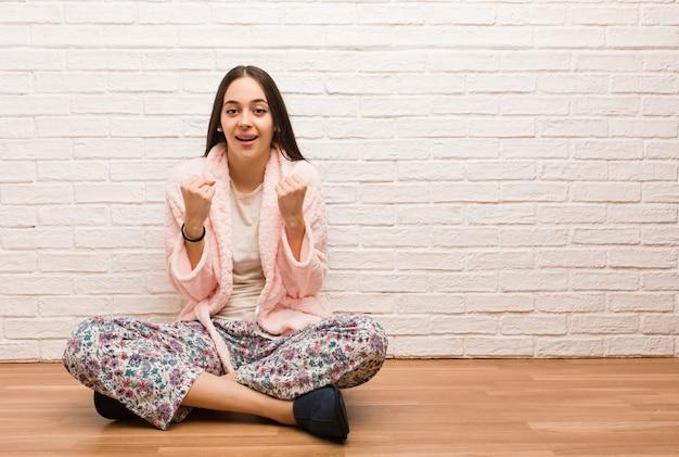 Młoda kobieta w piżamie zaskoczona i zszokowana