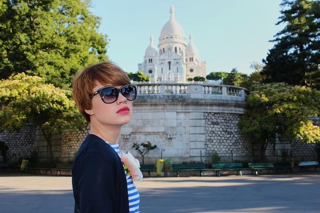 Młoda kobieta w pobliżu bazyliki najświętszego serca w paryżu, francja.