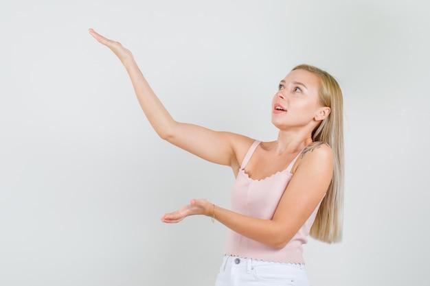 Młoda kobieta w podkoszulku, mini spódniczce pokazującej wysokość czegoś