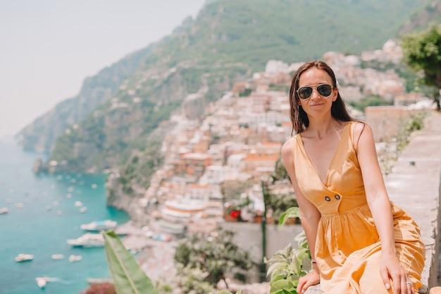 Młoda kobieta w positano plaży na amalfi wybrzeżu, włochy