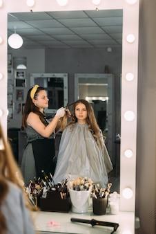 Młoda kobieta w salonie fryzjerskim