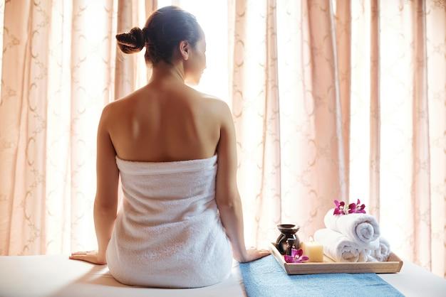 Młoda kobieta w salonie spa