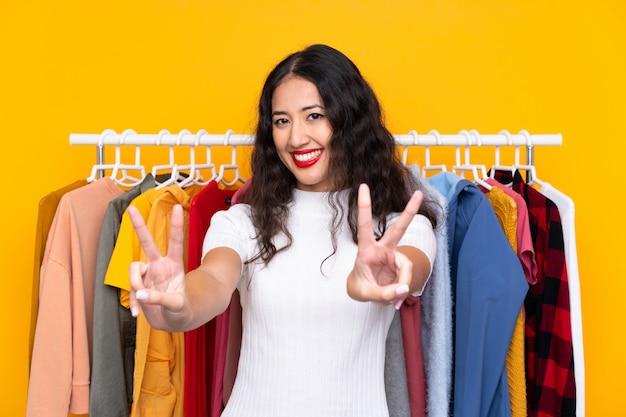 Młoda kobieta w sklepie odzieżowym