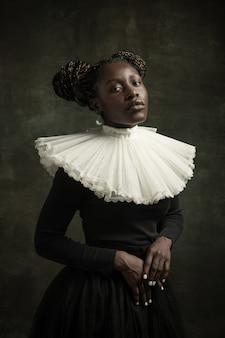 Młoda kobieta w staromodnej sukience
