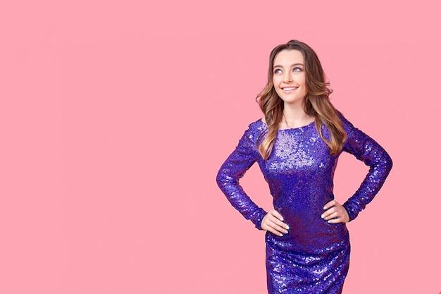 Młoda kobieta w strój purpurowy